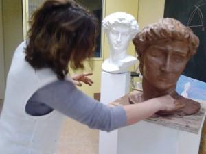 Los alumnos realizan tus trabajos de Escultura en la Academia.