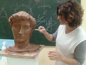 Alumnos esculpiendo en barro en la Academia Romaral en Torrent