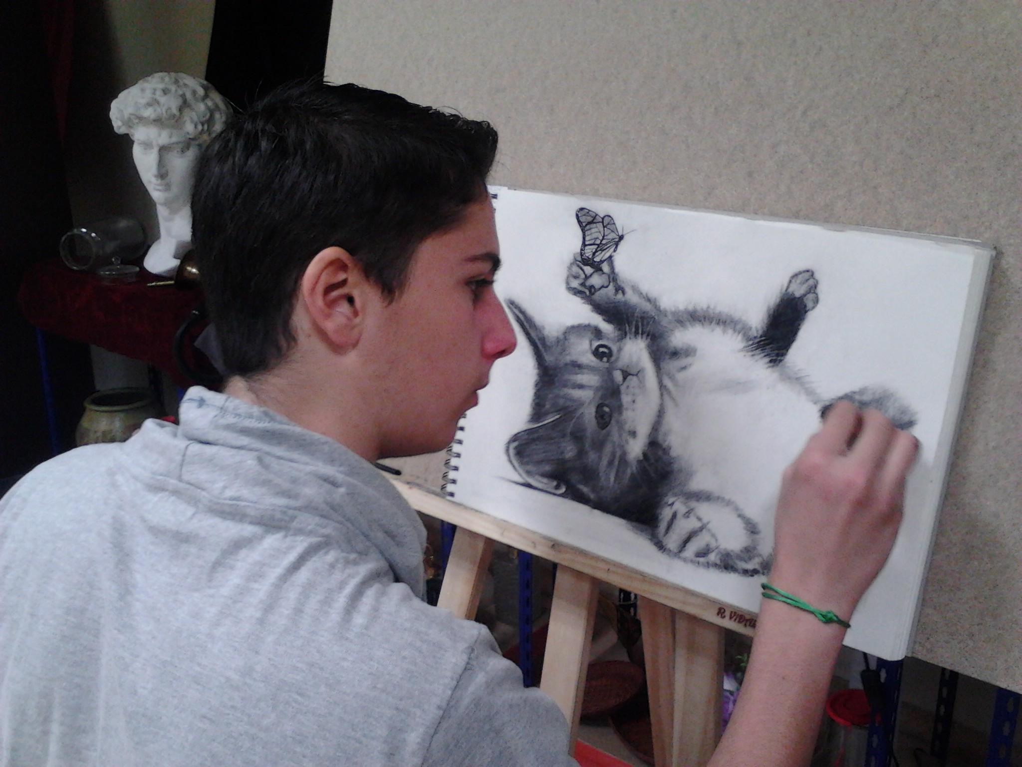 Alumnos dibujando en la Academia Romaral Art Torrent